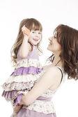 Portrét matku a malou dcerou v náručí s kartou — Stock fotografie