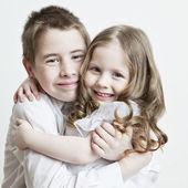 Retrato de un niño, el amor de hermano y hermana — Foto de Stock
