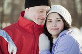 Porträtt av lyckliga par på vintern — Stockfoto