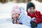Kışın karda oynayan çocuk portresi — Stok fotoğraf