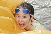 Chica divirtiéndose en el lago — Foto de Stock