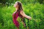 Yeşil çim alan kadın — Stok fotoğraf