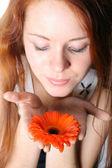 Meisje klap op bloem — Stockfoto