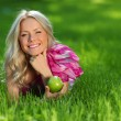 Blonde on green grass — Stockfoto