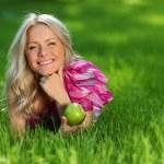 blondýna na zelené trávě — Stock fotografie #10241889