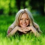 blondýna na zelené trávě — Stock fotografie #10241893