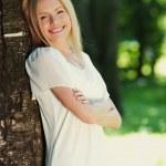 dívka stojící vedle stromu — Stock fotografie #10242001