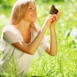 Žena hrající s motýl — Stock fotografie #10242020