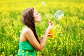 Woman start soap bubbles — Stockfoto