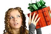 贈り物を持つ少女 — ストック写真
