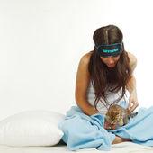 醒着的女人和猫 — 图库照片