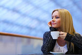 Woman drink coffee — Stockfoto