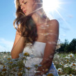Girl in dress on the daisy flowers field — Stockfoto