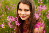 ピンクの花のフィールド上の女性 — ストック写真