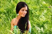 žena na květinové pole — Stock fotografie