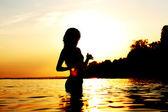 žena v oceánu — Stock fotografie