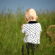 jongen in gras — Stockfoto