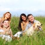vänner och hund — Stockfoto