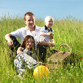 Happy family picnic — Стоковое фото
