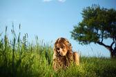 Vrouw op het gras — Stockfoto