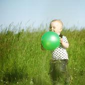 Jongen in gras — Stockfoto