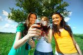 Flickvänner på picknick — Stockfoto