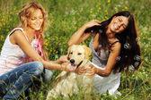 Flickvänner och hund — Stockfoto