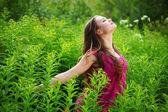 Mulher no campo de grama verde — Fotografia Stock