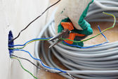 Worker puts the wires — Foto de Stock