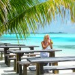Woman in a tropical cafe — Foto de Stock