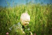Chłopiec w trawie — Zdjęcie stockowe