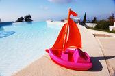 Speelgoed schip zwembad — Stockfoto