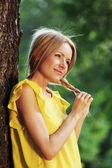 Donna felice nella foresta — Foto Stock