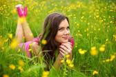 Vrouw op bloem veld — Stockfoto