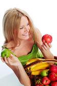 Meyve sepeti tutan kadın — Stok fotoğraf