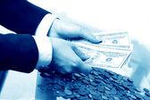 Ruce drží peníze — Stock fotografie