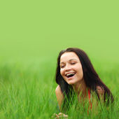 Donna sull'erba — Foto Stock