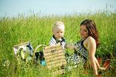 Piquenique em família feliz — Fotografia Stock