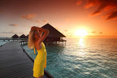 žena v šatech na maledivské sunset — Stock fotografie