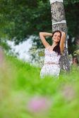 Kvinna på blomma fältet — Stockfoto