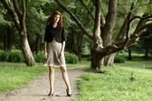 Mujer hermosa en el parque — Foto de Stock