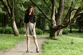 Vacker kvinna i park — Stockfoto