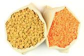 在织物袋种子红色和绿色小扁豆. — 图库照片