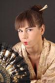 красивая молодая женщина гейши в азии костюм с азиатских вентилятор — Стоковое фото