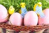 緑の草に鶏と飾られた卵と美しいイースターのバスケット — ストック写真