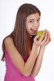 Güzel kız yeşil açık ağız yeme ile olgun elma — Stok fotoğraf