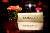 Reserved sign in restaurant — Stock fotografie