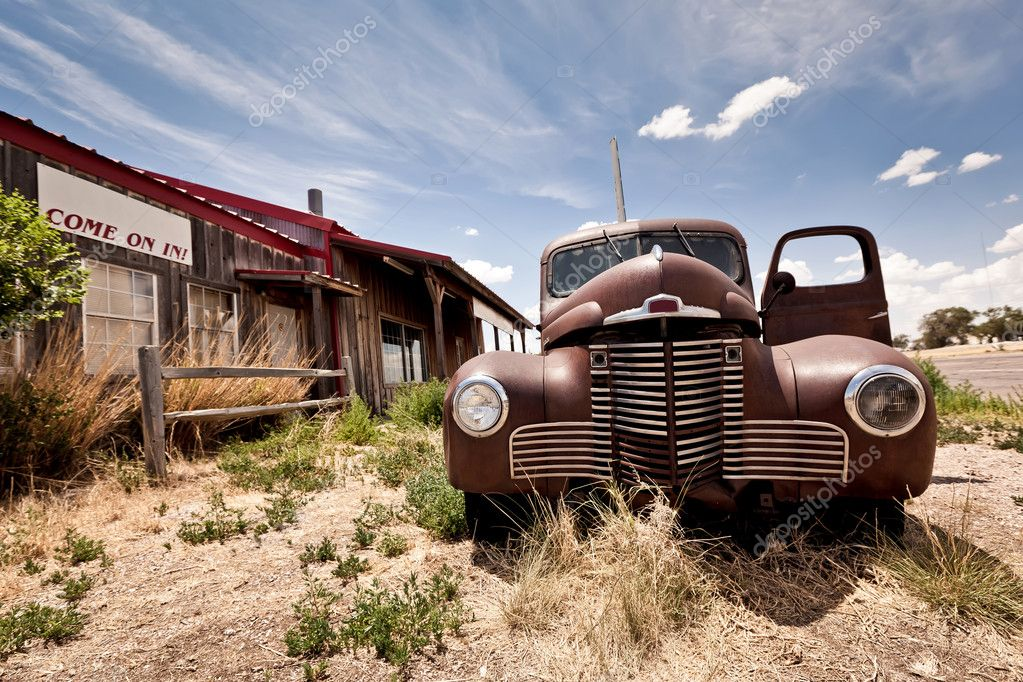 Abandoned restaraunt and old style car near gas station on the famous route 66 road in USA — Stock Photo #9117719