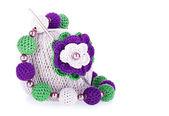 Grijze bal van katoen garen met gehaakte en gebreide bloem ketting breien — Stockfoto