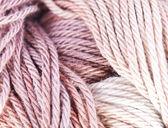 коричневый и бежевый трикотажная пряжа — Стоковое фото